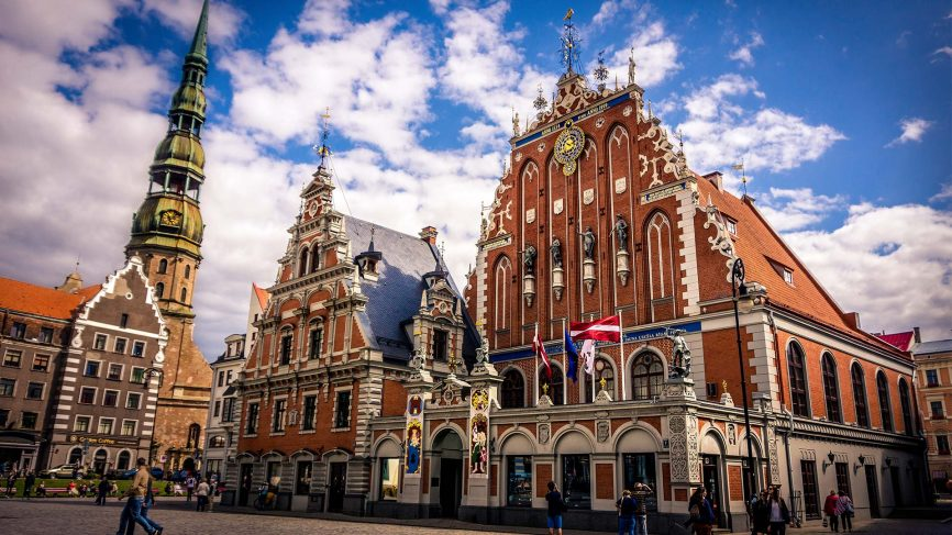 The-building-of-the-Brotherhood-of-Blackheads-is-one-of-the-most-iconic-buildings-of-Old-Riga--866x487